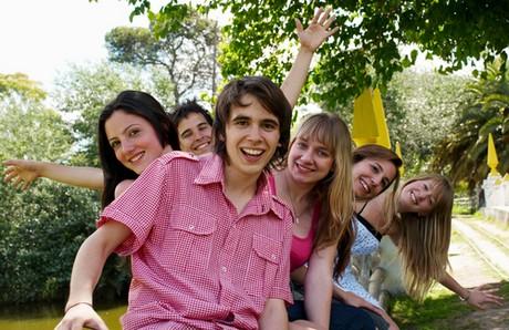 skupinka mladých